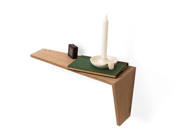 VinkL: Hylde og sengebord Hæng på væggen lige som du vil – alt er muligt, for VinkL har ingen over- eller underside. Den simple fastgørelse til væggen med 3 massiv messing fingermøtrik giver fuld frihed til at fiksere VinkL på væggen på utallige måder alene eller i forskellige mønstre. VinkL er produceret i Danmark af en enkel bred egetræsplanke skåret diagonalt for at forstærke dens vinklede form.
