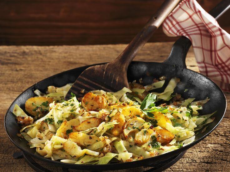 Gebratene Kartoffeln mit Kohlgemüse | Zeit: 30 Min. | http://eatsmarter.de/rezepte/gebratene-kartoffeln-mit-kohlgemuese