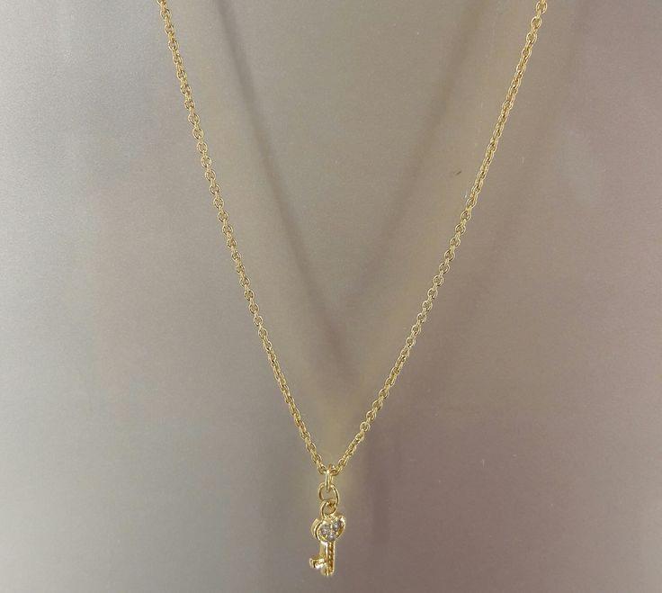 Precioso colgante de Plata con baño de Oro 18K con motivo de llave, espléndido y delicado para ti. #colgante #joyeria #jewelry #plata #bañodeoro #beautiful