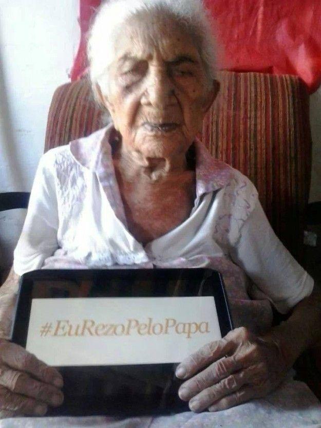Mulher mais idosa do Ceará reza pelo Papa.