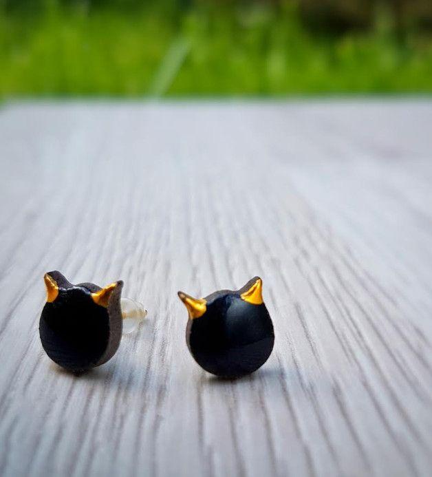 """Ceramiczne kolczyki na srebrnych sztyftach z kolekcji """"Little Pleasures"""".  Małe czarne kotki o złoconych 24 karatowym złotem uszkach na ciemnej, czekoladowej glinie. Drobiazg wyraźny i oryginalny,..."""