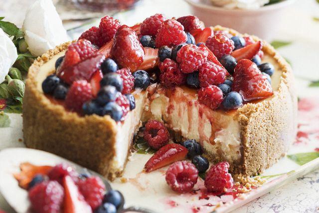 Du gâteau au fromage ou de la crème glacée? Pourquoi pas les deux? Fait de petits fruits frais, de fromage à la crème et de chapelure graham, ce gâteau au fromage combine la texture et la saveur de ces deux desserts!