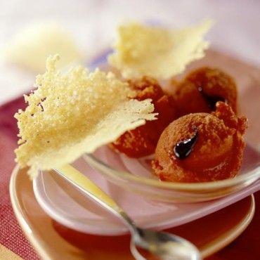 Sorbet au poivSorbet à l'huile d'olive, au chèvre, au concombre, à la carotte ou au basilic.ron rouge et tuiles au parmesan
