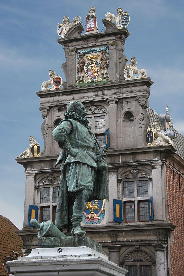 Hoorn, JP Coen, met het Westfries Museum op de achtergrond