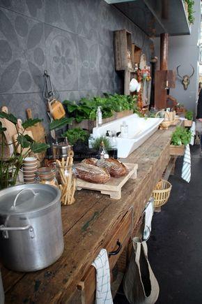 Holz in der Küche und eine weiße Spüle   – idees de decoration