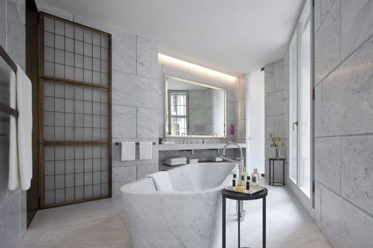 STEINTØFFT: Cafe Royal Hotel i London har bad som inspirerer. Effekten med steinblokker er hentet inni de luksuriøse badene, men her er gipsen byttetut med vakker marmor som også er veldig aktuelti trendbildet. Dørene med frostet glass henterinspirasjon fra tradisjonell japansk arkitektur.