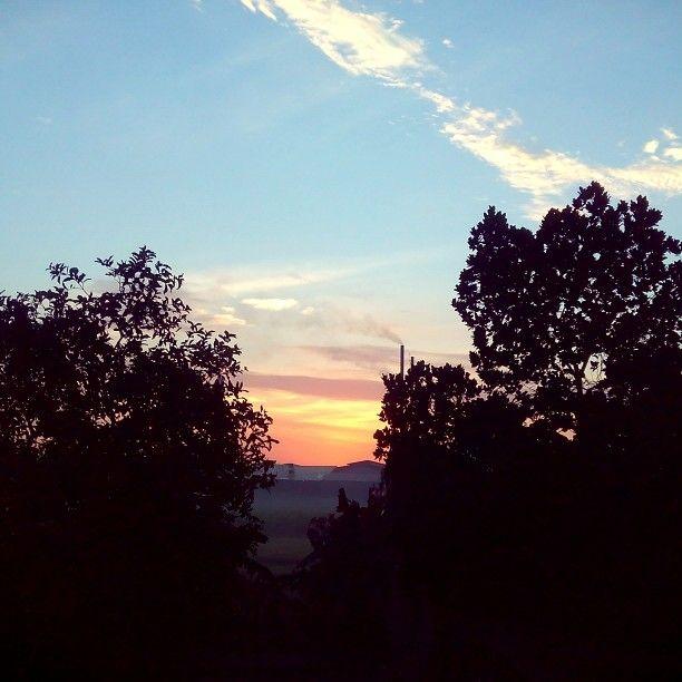 Hangatnya matahari pagi, mencairkan bekunya hati. Setarik senyum manis menghantarkan rindu kala itu.