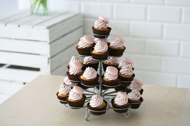 Trzy piętra słodkich, różowych cupcakes z makaronikiem