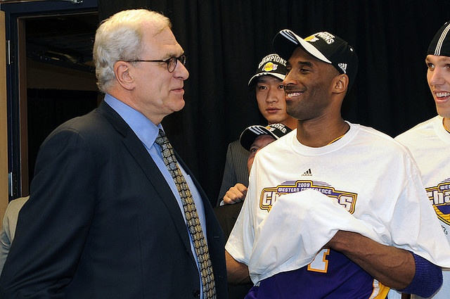 DENVER - MAY 29: Head coach Phil Jackson and Kobe Bryant of the Los Angeles Lakers talk after the game against the Denver Nuggets during Game Six of the Western Conference Finals during the 2009 NBA Playoffs at the Pepsi Center on May 29, 2009 in Den http://www.timemart.vn/  http://www.timemart.vn/305/p/321112/may-say-quan-ao.html  http://www.timemart.vn/305/pr/335101/CL-802/may-say-quan-a%CC%81o-pusan.html