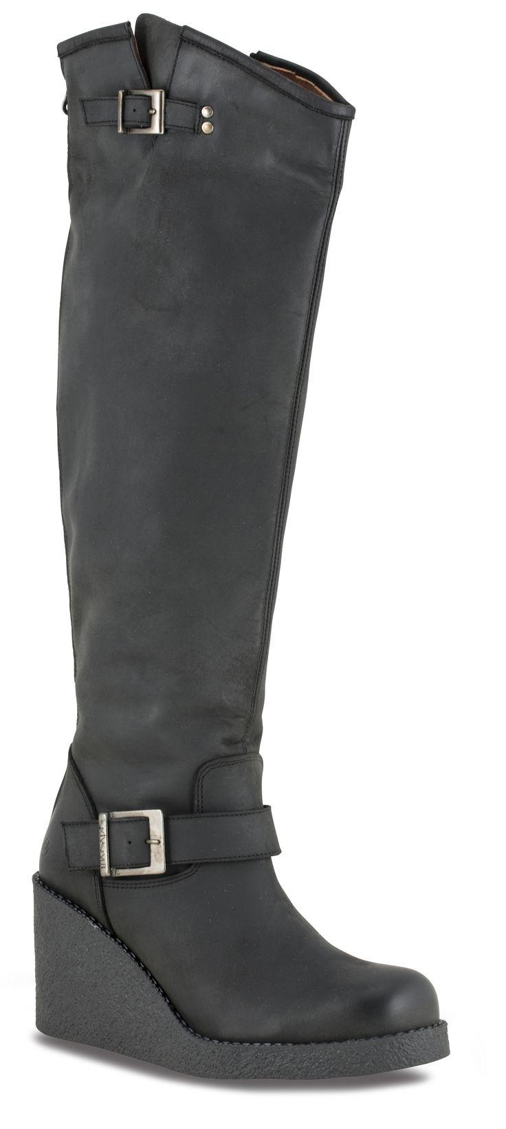 En tøff kilehæl støvlett fra alltid trendy Sixtyseven!Modellen er utført i fettet nubuck s