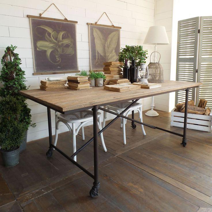 Tavolocon ruote, struttura in metallo e piano in legno di rovere riciclato con finitura naturale sbiancata, spessore 3 cm.