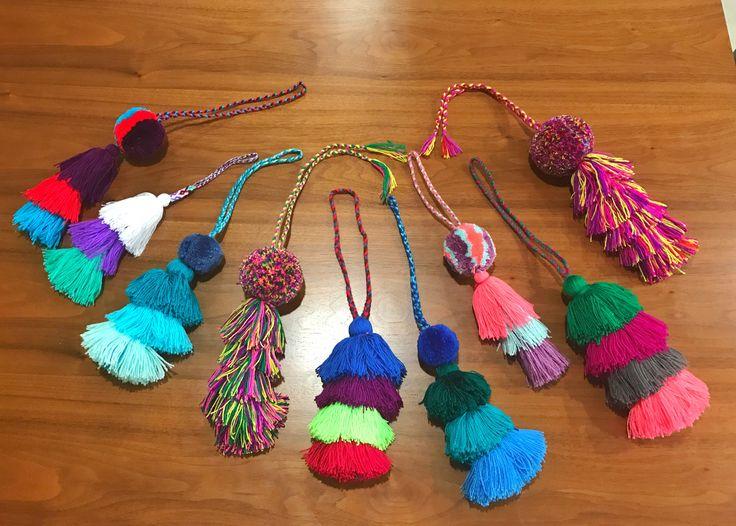 Un favorito personal de mi tienda de Etsy https://www.etsy.com/mx/listing/523701642/multicolored-pom-pom-and-tassels-bag