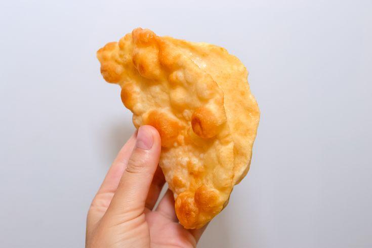 Le pain frit dont il est question ici est une spécialité des Indiens Navajo, très populaire dans la région sud-ouest américaine. Aux États-Unis, on mange ce pain frit, moelleux et croustillant à la fois, au cours de cérémonies traditio...