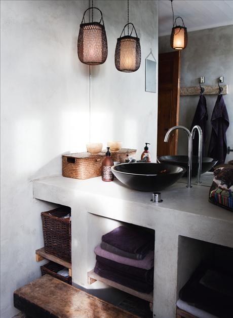 """Köksbänken är tillverkad av delar som Johan har plockat på """"Skrotcentralen"""" i Visby. Skivspelaren längst till höger är inte bara snygg, den har bra ljud också. Tolixpallarna kommer från Posh living."""