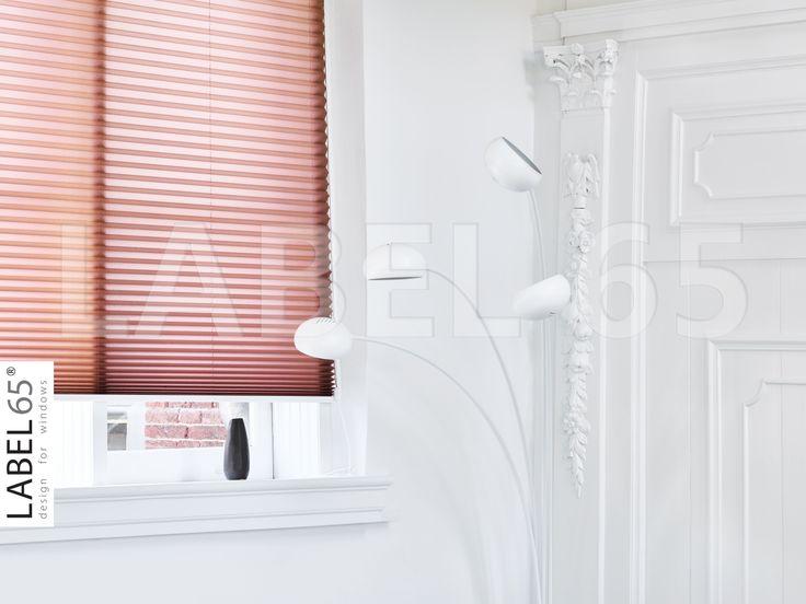 Kies voor kleur! Wat dacht je van deze bruine plisse gordijnen? Prachtig contrast met het witte interieur. Kijk op www.plisseshop.nl