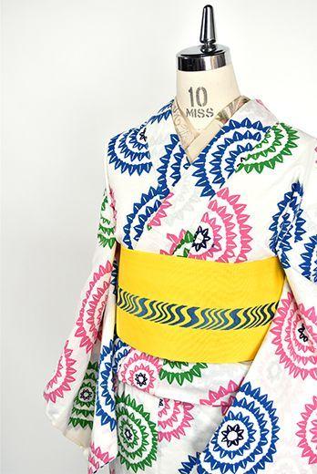 ピンク、スモークブルー、グリーンの色合い愛らしく、花火のようなデザインが染め出された注染レトロ浴衣です。