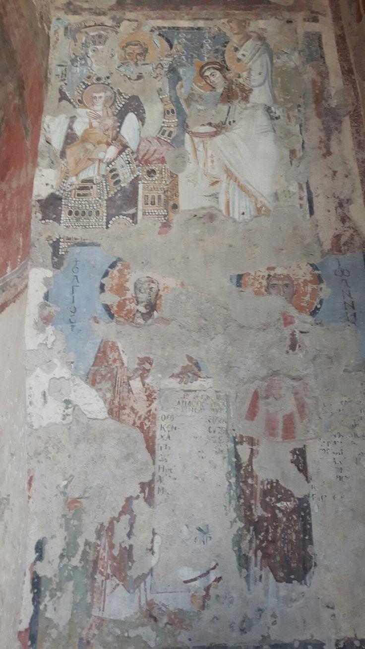 Santa Maria Antiqua. Parete palinsesto.  A destra guardando l'abside: Maria in tronon (550 dc). Annunciazione. Santi
