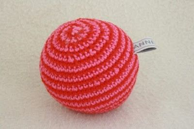 Gehaakte bal patroon. Crochet ball pattern in Dutch