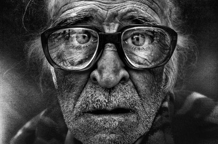 SELFIE | Ma all'italiano medio(cre), qualcuno ha mai detto che il selfie altro non è che l'autoscatto in lingua autoctona? Che non è una scoperta del terzo millennio ma che esiste sin dalla prima metà dell'Ottocento, ovvero da quando è nata la fotografia, una delle forme di espressione artistica più creative ed innovative? E che è forse il caso di soffermarsi sull'utilizzo di un sempre più dismesso congiuntivo piuttosto che di stravaganti appellativi anglofoni?