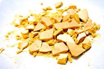 honeycomb of hokey pokey leuk om als presentje voor een gastvrouw mee te nemen, snel, gemakkelijk en lekker, in een trommel doen, waarin je mooi vloeipapier doet, lint erom, met een klein kaartje eraan