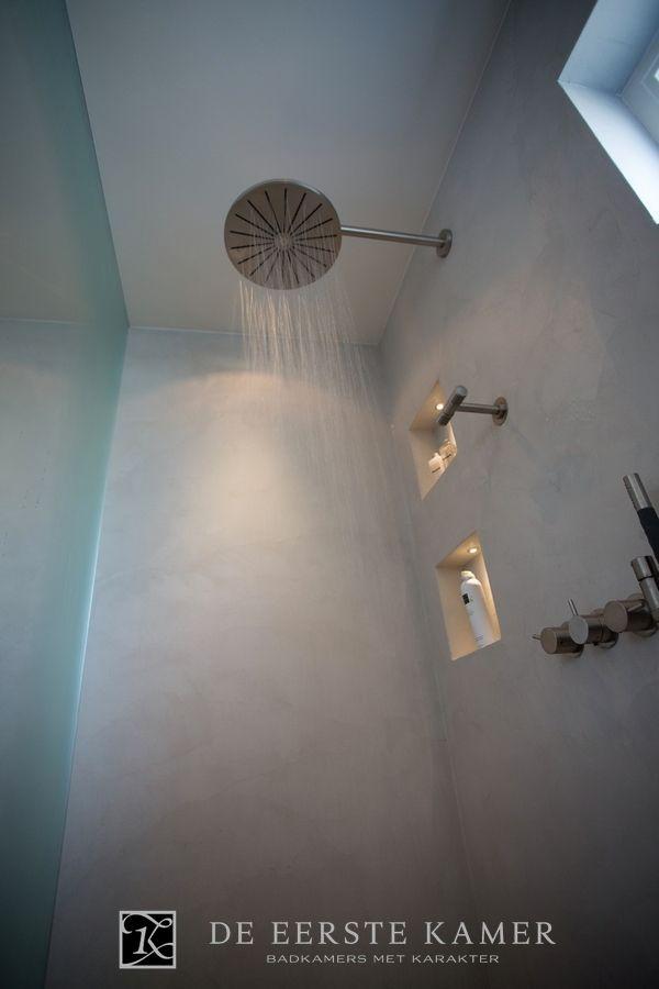 (De Eerste Kamer) Sfeervol douchen in deze rustieke ruimte. Meer foto's van onze badkamers vindt u op www.eerstekamerbadkamers.nl