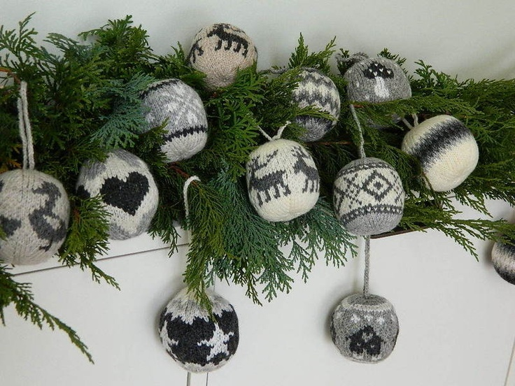 landidee gestrickte weihnachtskugeln nr 15 16. Black Bedroom Furniture Sets. Home Design Ideas