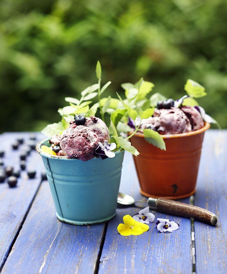 Kuka voisi vastustaa, jäätelöä ja mustikkaa? Ihanan mustikkajäätelön ohjeen löydät täältä:  http://www.dansukker.fi/fi/resepteja/mustikkajaatelo.aspx
