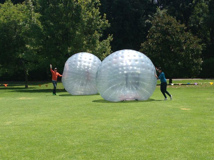 Esferas Rodantes de Plástico donde niños dan vueltas mostrando su flexibilidad Parque Ecológico Xochitla