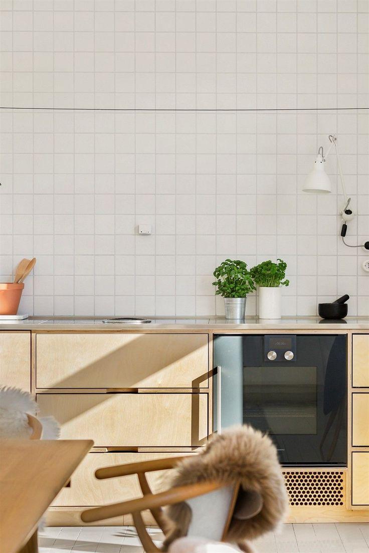 - Gjennomgående endeleilighet, ligger alene på topp i denne oppgangen. - Stort og hyggelig spisekjøkken, leilighetens naturlige samlingspunkt. - Spesialdesignet kjøkkeninnredning med vekt på detaljer for den kvalitetsbevisste. Godt med oppbevaringsplass. - Ryddig og fleksibel planløsning med store rom. Stue kan enkelt endres til soverom nr. 3. - Lys leilighet med generøs romfølelse og god himli...