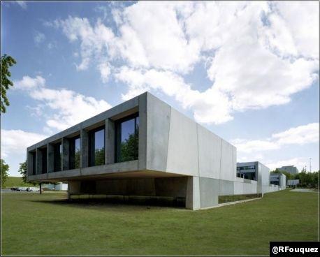 Franck Vialet, 36 ans, a fondé son agence Vialet architecture en 2001 et s'est depuis, en 2003, associé à Bettina Ballus (architecte dpl. Ing. Allemagne). Le Laboratoire de recherche en neuro-imagerie de Caen lui vaut le Prix de la Première œuvre. Découverte en images de son travail à ce jour.