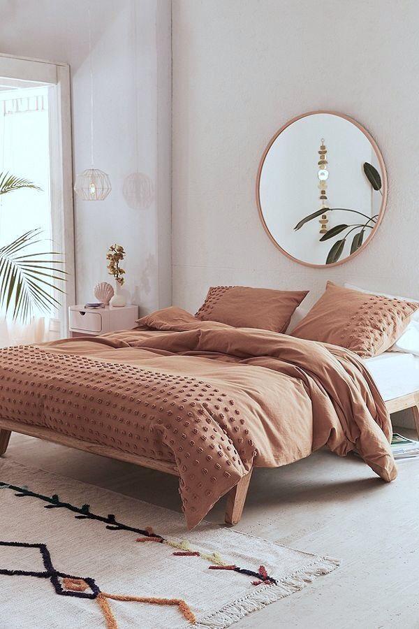 Mínimo, quarto, moderno e aconchegante, espelho redondo e grande.   – Schlafzimmer