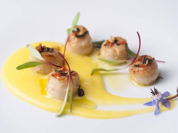 Vieiras grelhadas sobre purê de batata baroa com coco e azeite ao chá de jasmin, prato que integra o menu da chef Flávia Quaresma para o evento Harmonia dos Sabores (Foto: Divulgação)