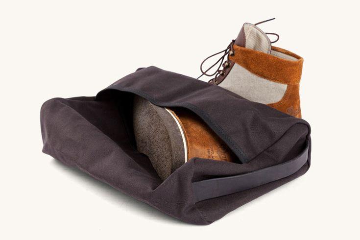 Wenn man auf Reisen ist, gibt es immer Dinge im Gepäck, die man gut verstaut wissen möchte. In derStowaway Boot Bag von Tanner Goods lassen sich Stiefel und alle anderen Schuhe verpacken. Ganz ega...
