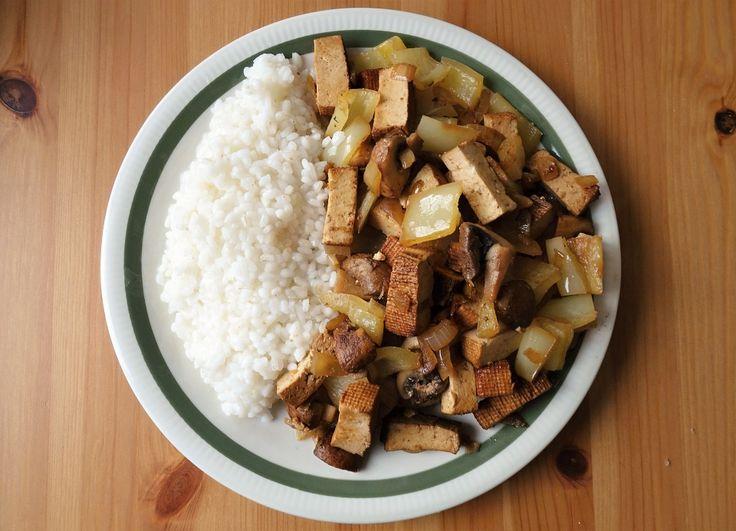 Budeš potřebovat: 1 uzené tofu 1 cibuli 3 žampiony 1 paprika Na octovou směs: 1 polévková lžíce octa s vodou (1 lžíce na 1/2 dcl vody) kmín sůl pár kapek chilli omáčky (podle chuti) tuk Příloha: My…