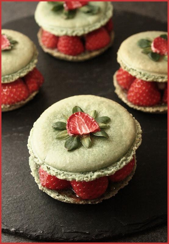 Croquez, craquez: Macaron en rouge et vert : fraise - pistache ...  Receta. Recipe in French. Pistachio Mousse in center, surrounded by sliced strawberries.