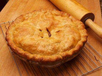 La più classica della torte di mele: un involucro di pasta frolla che racchiude un cuore di mele semplicemente zuccherate.