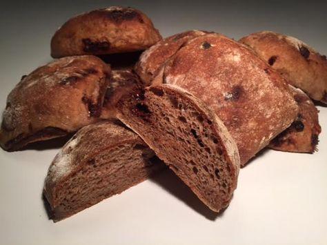 Store luftige rugboller med chokolade er en dejlig opskrift, med få ingredienser. Rugbollerne er perfekte i enhver madpakke