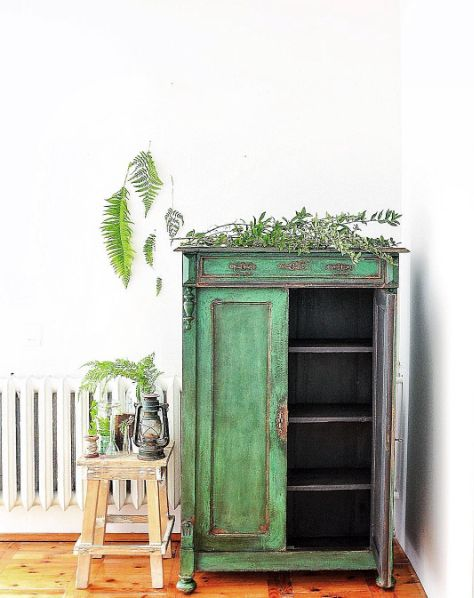 Using a mix of Antibes Green and Florence Chalk Paint® for that bright emerald green, Agnieszka then covered the textured paintwork in a thin coat of Graphite, before sanding back to reveal the green. Copper detailing and Dark Soft Wax complete the look.