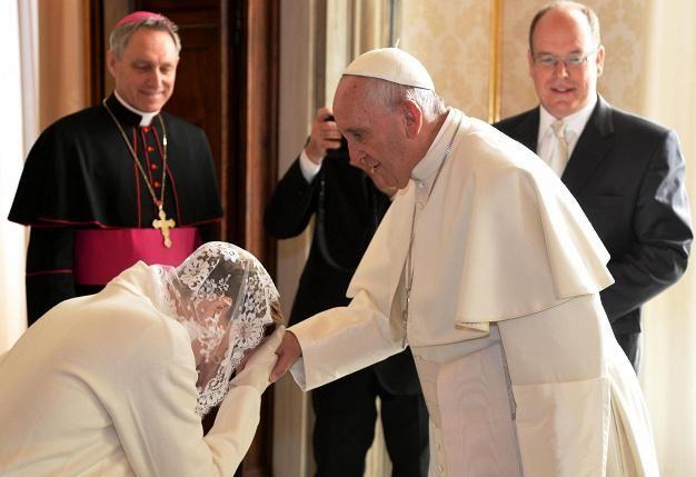 Monacon ruhtinaspari tapasi paavi Franciscuksen Vatikaanissa.