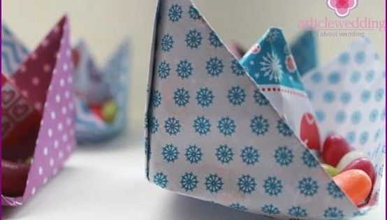 Бумажные кораблики в стиле оригами для украшения свадебных столов