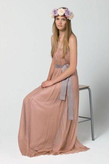 Abito da sposa particolare con cintura viola. Vestito in rosa
