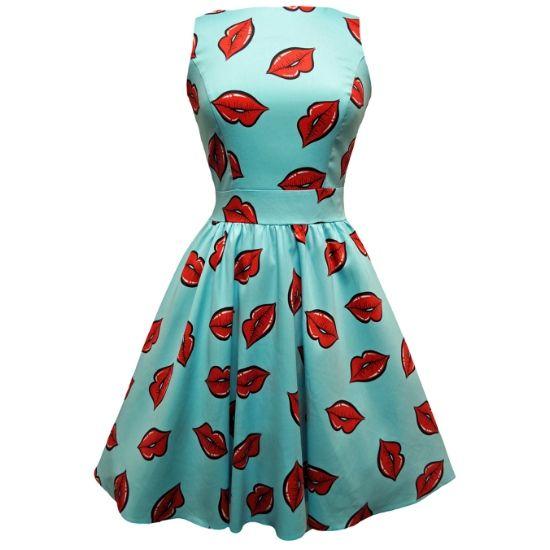 Lady V London Red Lips Tea Retro šaty ve stylu 50. let. Dokonalý model pro slunečné letní dny - chystáte se na rozlučku se svobodou, večírek s přáteli, na zahradní oslavu, svatbu, párty pod širým nebem? Model v barvě letního nebe s červenými pusinkami je přesně to pravé! Příjemný pružný materiál (97%, 3% elastan), pohodlný střih s lodičkových výstřihem, vzadu lehce vykrojené se zapínáním na zip a vázačkou zajistí skvělé přilnutí k vaší postavě.
