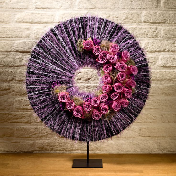 Modern flower arrangement - Lilac circle with pink roses - Stijn Cuvelier