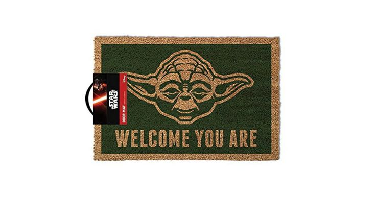 Il regalo giusto per gli appassionati di Star Wars: il tappeto Star Wars Yoda per accogliere gli ospiti con stile!  Prodotto con Licenza Ufficiale e realizzato con materiale di qualità, resistente e funzionale, misura circa 40 x 60 cm.