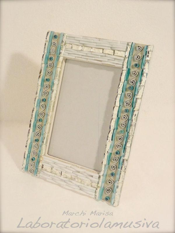 Portafoto in legno rivestito a mosaico. Paste vitree, smalto, murrine veneziane e elementi decorativi in alluminio. Colore verde acqua