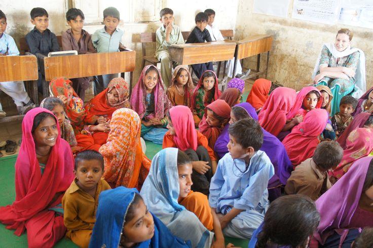 Spielerische Aufklärung von Schulkindern zu Katastrophenvorsorge in Pakistan.
