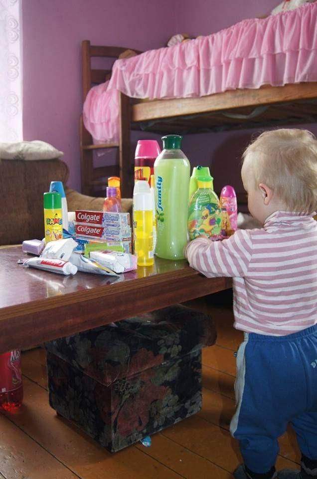 A to finał, czyli jeden z domów którym opiekują się pracownicy socjalni i ich malutki podopieczny oglądający kolorowe mydełka i szampony.