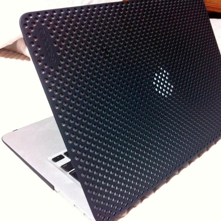 2010年製のMacBookAir。13インチは結構大きく、画面の広さが印象的です。作業なんかもしやすいですね。カバーついてます。