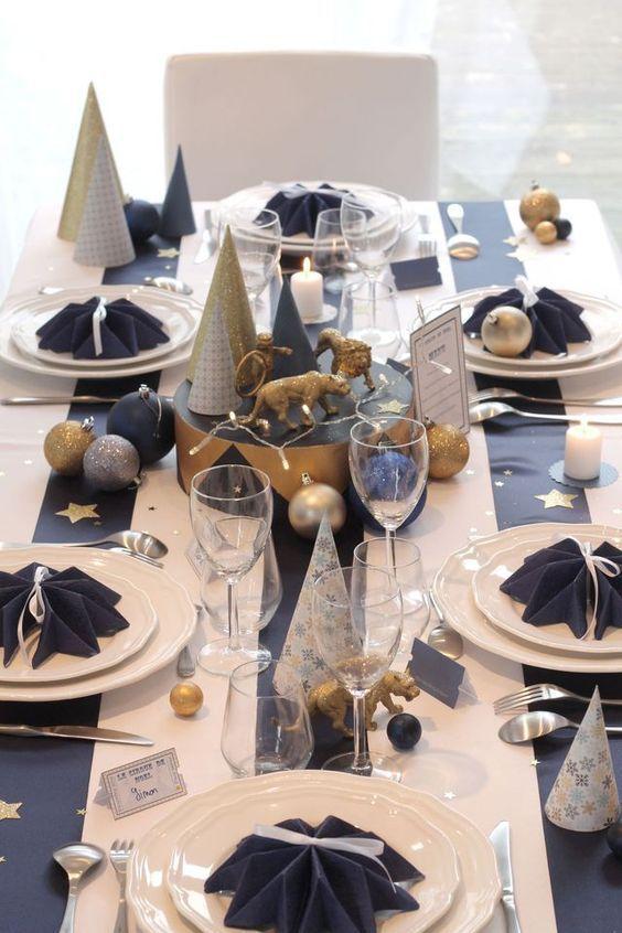Navidad en azul, blanco, dorado y plateado. Mesa decorada para Navidad.