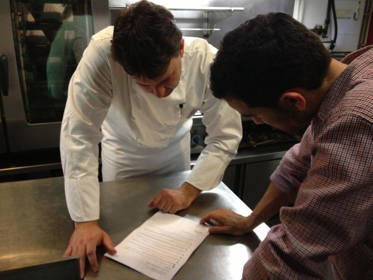 """Ayer día 16 y hoy 17 de Abril, estamos grabando vídeos para Rosti Tv, el nuevo canal dónde trataremos algunos trucos y recetas de cocina. También hemos estado grabando para """"el chef responde"""", el espacio donde podremos atender vuestras curiosidades y dudas sobre cocina."""
